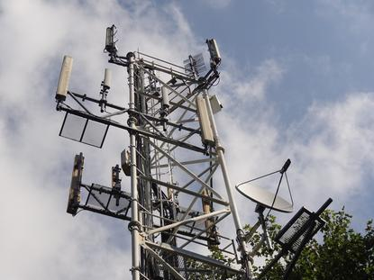 Peter Sayer/IDG News Service  Fujitsu hopes to enable wireless carriers to make better use of infrastructure and spectrum resources by allowing simultaneous transmission and reception on the same frequencies