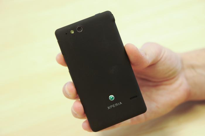 The Xperia go exhibits no creaks or rattles and feels like a solid block of plastic, even though the rear cover is removable.