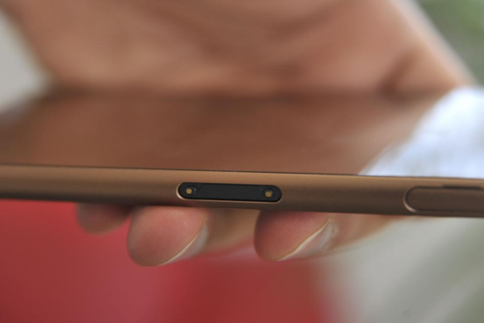Charging contacts makes it possible to charge the Z3 without opening the flap. The dock is an optional extra.