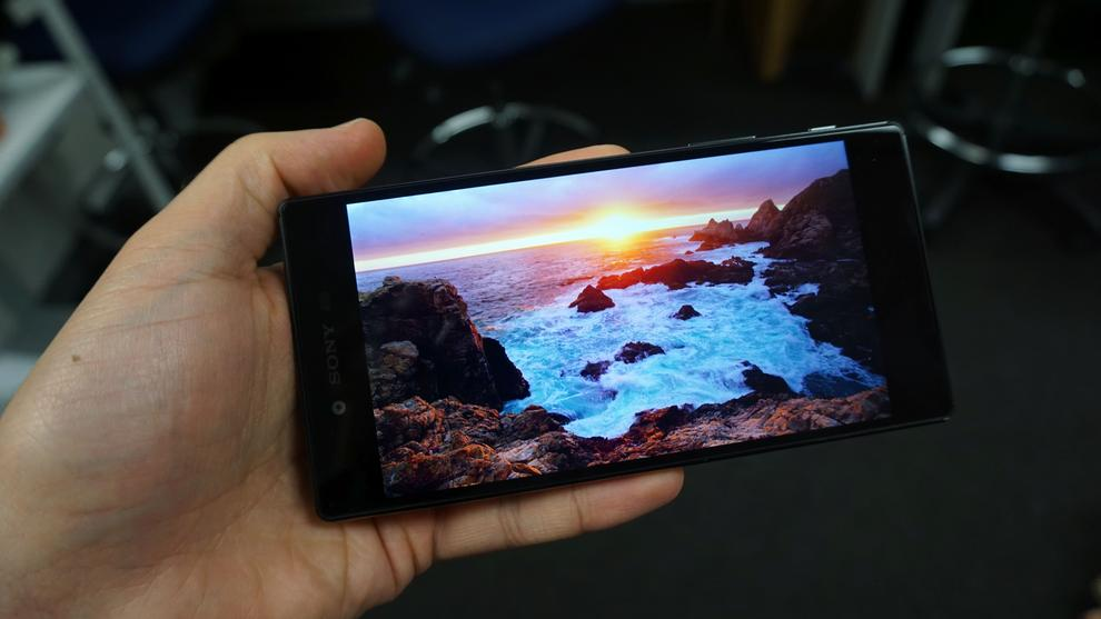 Watching the 4K movie TimeScapes on the Xperia Z5 Premium. Placed discretely on either side of the Z5 Premium are front-firing stereo speakers